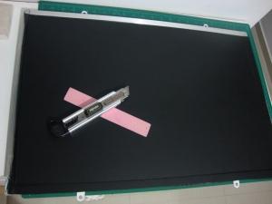 Vinil adesivo já aplicado na área branca do quadro.